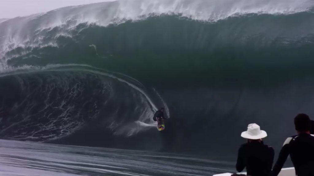 massive-wave-swallow-surfer-teahupoo